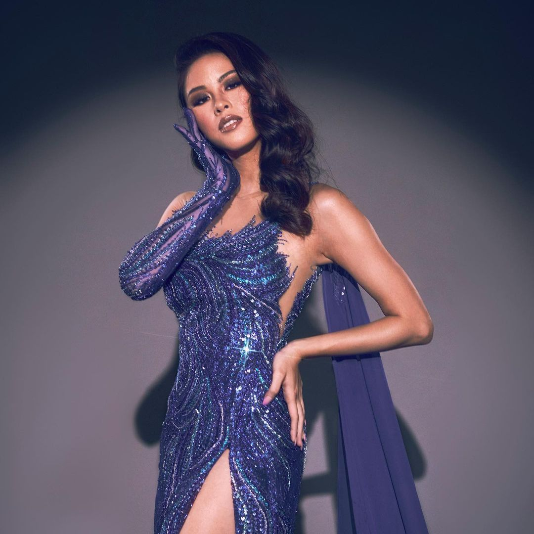 KISSES DELAVIN STUNS EVERYONE WITH HER EVENING GOWN IN SHADES OF BLUE AND PURPLE